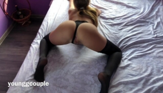 Русское Порно - Парень трахает в анальную дырочку девушку в черном белье и кончает в нее