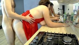 Русский Порно - Студент пошалил с большой жопой русской мамочки на кухне