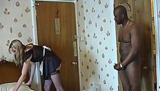 Русский Cекс Bидео - Темнокожий мачо трахает молоденькую горничную в чулках
