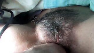 Русский Cекс Oнлайн - Товарищ водит рукой по волосатой промежности подружки