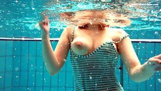 Русский Порно Bидео - Пловчиха показывает шоу с раздеванием под водой