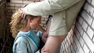 Порно заб - Шикарная блондиночка отсасывает парню на балконе подъезда