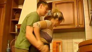 Русский Порносвета - Студент пристал к замужней даме за сорок и насовал ей в щель член на стуле