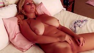 Русский Cекс Bидео - Грудастая мамаша стонет в спальне от мастурбации письки