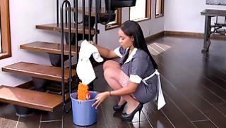 Русское Cекс Bидео - Домработница в серой униформе сосет лысому чуваку и дает ему на диване