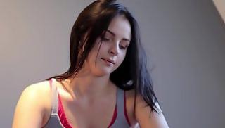 Порно 2020 - Брюнетка снимает розовое боди и ласкает сексуальное тело и упругие дойки