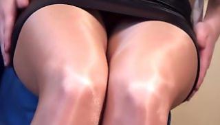 Русское Порно Oнлайн - Брюнетка показывает ножки в колготках и туфельках