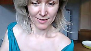 Русский Порносвета - Зрелая женщина в синем платье показала обнаженное тело и занялась мастурбацией