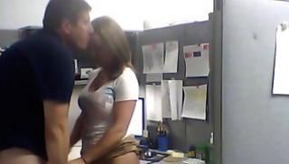 Русский Порно - Менеджер и молодая коллега дождались, когда все уйдут на перерыв и потрахались