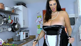 Русское Порно Oнлайн - Грудастая баба в униформе вышла на кухню и засветила толстой жопой