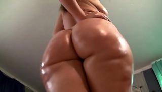 Русский Порно Oнлайн - Мамаша показывает большую жопу в масле во время позирования перед вебкамерой