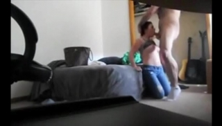 Русский Cекс - Барышня с темными волосами и в джинсах отсасывает чуваку в комнате перед скрытой камерой