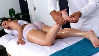 Русское Бесплатно Порно - Красотку в прозрачном белье трахает загорелый массажист