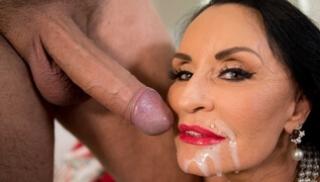 Порно 2020 - Ухоженная пенсионерка с силиконовыми сиськами получает кончу на лицо после секса