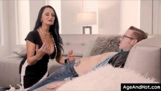 Порно 2020 - Парень снял трусики и отодрал красивую девицу на глазах ее старой подруги
