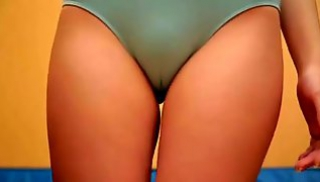 Порно 2020 - Узкоглазая брюнетка в голубом боди занимается зарядкой и крутит упругой попкой