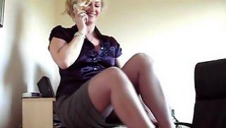 Русский Бесплатно Порно - Сексуальная блондинка в черных чулках залезла на стол и показала в каких она трусиках