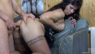 Русский Порносвета - Полная мама в чулках облокачивается на спинку дивана и отдается другу в задницу