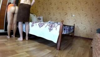 Русский Порно Oнлайн - Полная баба в оранжевой ночнушке встала в позу на кровати и дала чуваку в очко