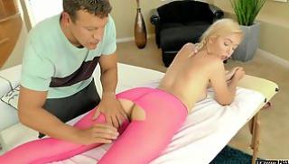 Русский Бесплатно Порно - Массажист лижет дырочки блондинки в розовых леггинсах и шпилит её в мохнатку
