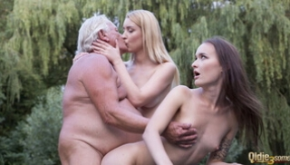 Russian Sex Online - The old man is resting in the Park and arranges a Threesome with two young sheds