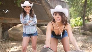 Русский Порно Скачать - Городская телка в ковбойской шляпе соблазняет деревенскую девку и лижет её дырочки