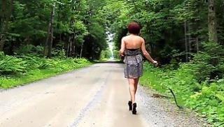 Русский Бесплатно Порно - Рыжая тетка снимает легкое платье и светит большой попой на дороге