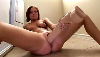 Русский Порно Bидео - Скарлетт Фэй мастурбирует прямо на полу в кухне