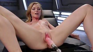 Русский Порно Скачать - Сексуальная молодуха с плоскими сиськами дрочит пизду самотыком в ангаре