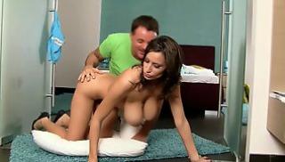 Русский Порносвета - Сексуальная брюнетка с большими буферами и с толстой задницей ласкается с приятелем на кровати