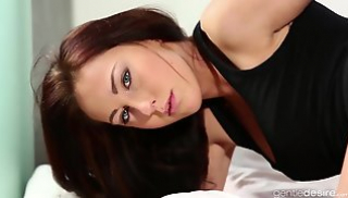 Русский Порно Скачать - Русская девка с темными волосами и в черной майке дает приятелю на кровати