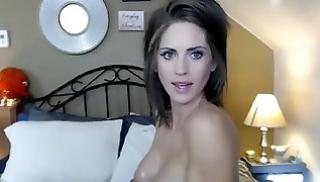 Русский Cекс Oнлайн - Горячая брюнетка с силиконовыми дойками сидит на кровати и дрочит вагину