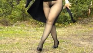 Порно 365 - Пышка в туфлях отдыхает на природе и светит толстыми ляхами в колготках