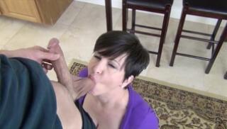 Русское Cекс Bидео - Женщина с короткой стрижкой и с большими дойками отсасывает приятелю в кабинете